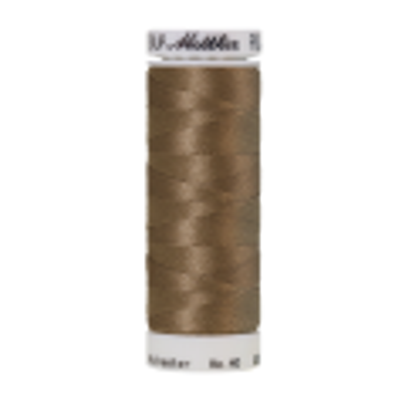 Amann Mettler Poly Sheen Dark Rattan glänzt durch den trilobalen Fadenquerschnitt besonders schön. Zum Sticken, Quilten, Nähen. 200m Spule