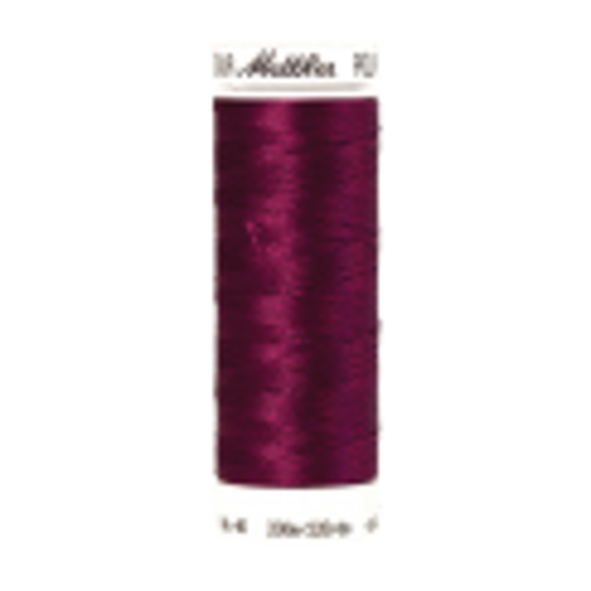 Amann Mettler Poly Sheen Boysenberry glänzt durch den trilobalen Fadenquerschnitt besonders schön. Zum Sticken, Quilten, Nähen. 200m Spule