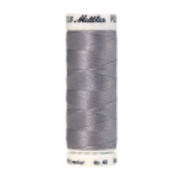 Amann Mettler Poly Sheen Summer Gray glänzt durch den trilobalen Fadenquerschnitt besonders schön. Zum Sticken, Quilten, Nähen. 200m Spule