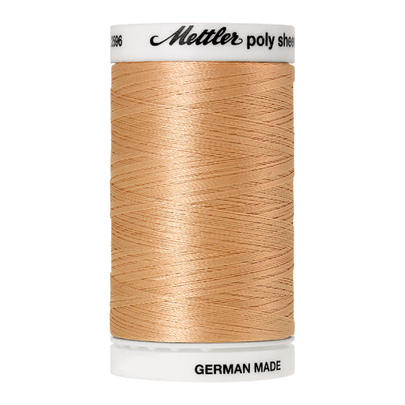 Amann Mettler Poly Sheen Meringue glänzt durch den trilobalen Fadenquerschnitt besonders schön. Zum Sticken, Quilten, Nähen. 800m Spule