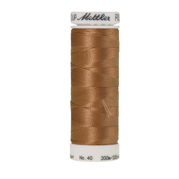 Amann Mettler Poly Sheen Dark Tan glänzt durch den trilobalen Fadenquerschnitt besonders schön. Zum Sticken, Quilten, Nähen. 200m Spule
