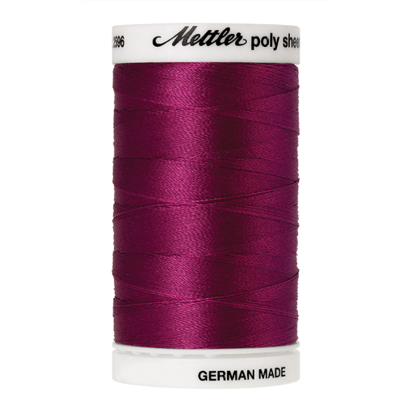 Amann Mettler Poly Sheen Cerise glänzt durch den trilobalen Fadenquerschnitt besonders schön. Zum Sticken, Quilten, Nähen. 800m Spule
