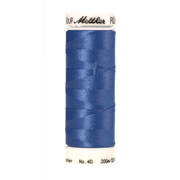 Amann Mettler Poly Sheen Dolphin Blue glänzt durch den trilobalen Fadenquerschnitt besonders schön. Zum Sticken, Quilten, Nähen. 200m Spule