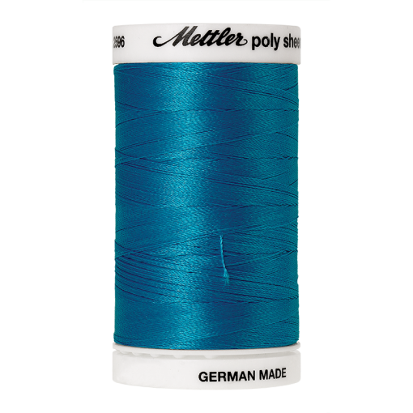 Amann Mettler Poly Sheen California Blue glänzt durch den trilobalen Fadenquerschnitt besonders schön. Zum Sticken, Quilten, Nähen. 800m Spule